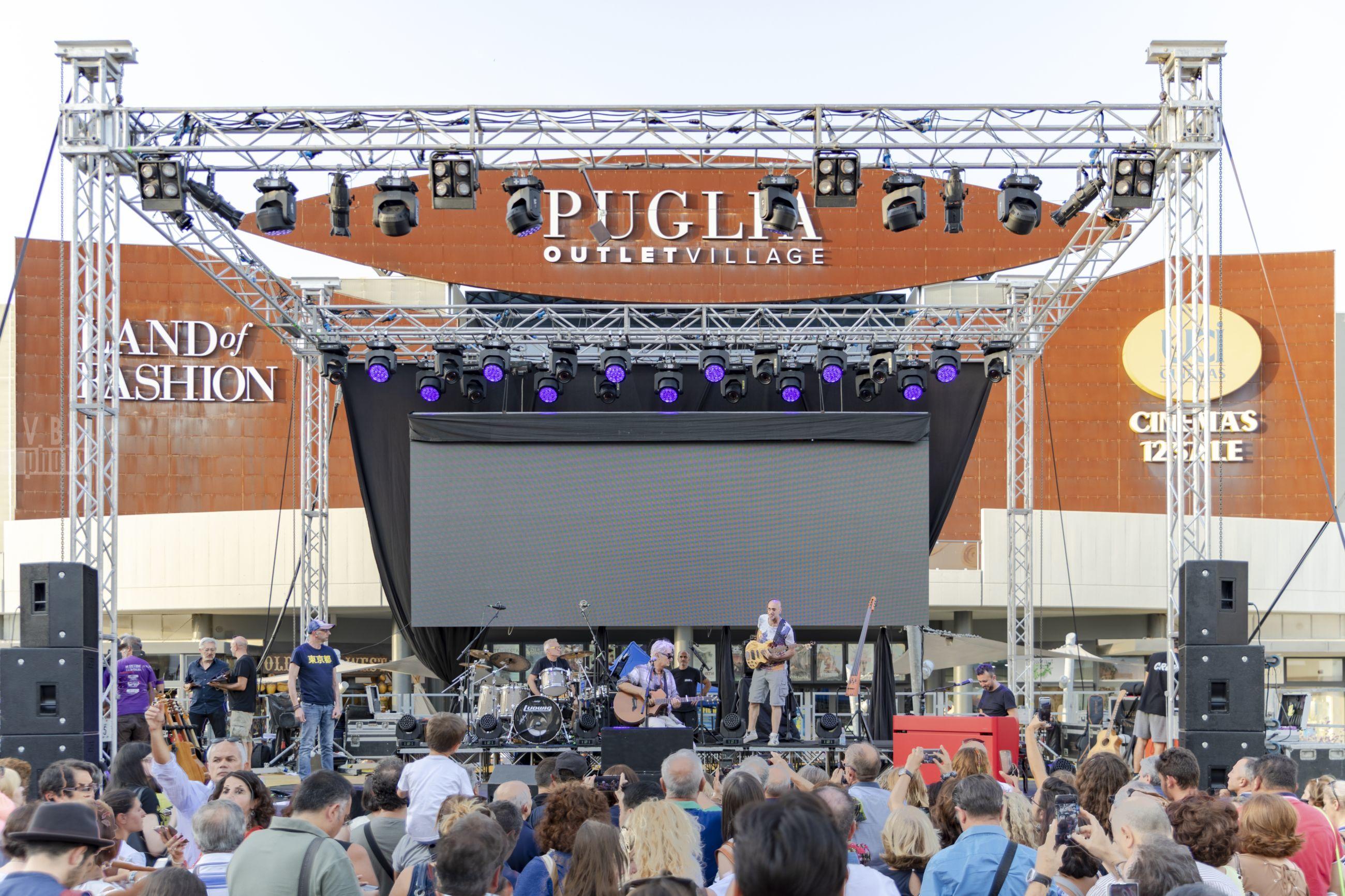 """Ron al Puglia Outlet Village per la tappa del tour italiano """"Lucio"""""""